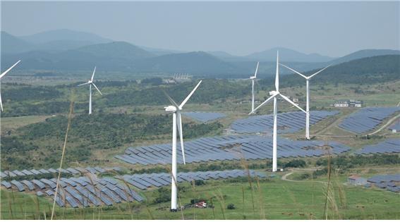 제주도 서귀포시 표선면 가시리에 있는 풍력발전단지. 축구장 900개 크기인 약 200만 평(약 66만㎡) 땅에 풍력발전기 23대와 태양광 패널이 설치돼 있다. 이곳에서 연간 약 9만 6000킬로와트시(kWh), 2만6000천여 가구가 쓸 수 있는 전기를 생산한다.