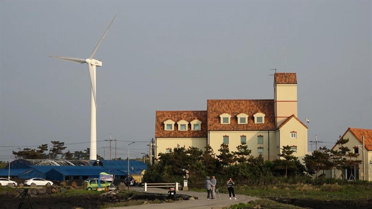 제주시 한경면 바닷가 마을에 설치된 풍력발전기. 바닷가에서 종일 부는 바람은 제주 풍력발전의 주된 경쟁력이다.