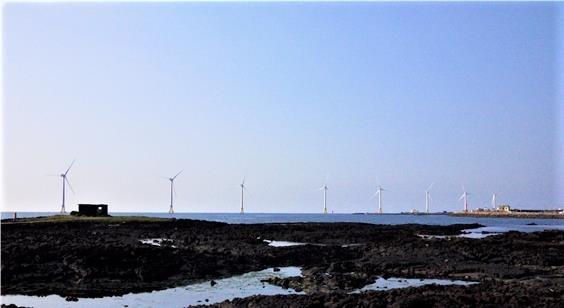 제주시 한경면 신창풍차해안도로에서 본 풍력발전기들. 한국남부발전의 풍력발전기 8대와 제주에너지공사의 풍력발전기 2대가 힘차게 돌아가고 있다.