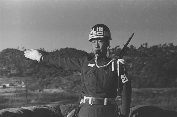 신호 보내는 헌병 50년대 초 육군 헌병 활동 모습. 1954.12 (임인식=연합뉴스)