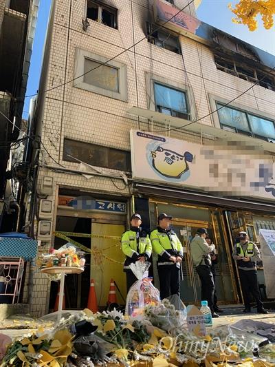지난 9일 화재로 7명이 숨지고 11명이 부상당한 서울 종로 고시원 화재 현장 앞에 희생자를 기리는 꽃다발과 물품들이 놓여 있다.