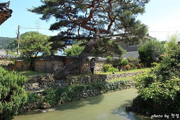 무기연당 무기연당은 방지중도(方池中島)에 누정을 갖춘 전형적인 정원이다