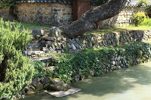 탁영석 탁영'은 중국 전국시대 시인이었던 굴원의 시 <어부사>에서 유래한 말이다. 무기연당은 탁영석으로 인해 물가에 발을 담그는 여유와 즐거움이 있는 풍류의 공간이 됐다.