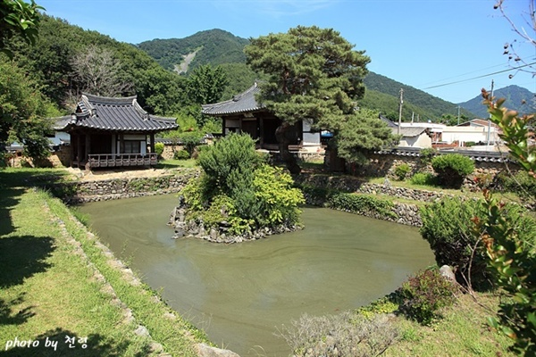 무기연당의 석축 연못을 둘러싼 석축은 그 용도와 시각에 맞게 동서남북이 모두 높낮이가 다르게 설계됐다.