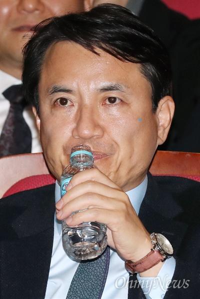 목 축이는 김진태 김진태 자유한국당 의원이 13일 오후 국회 의원회관에서 정우택 의원의 '대한민국 이대로 가야 하나'특별강연을 들으며 목을 축이고 있다.