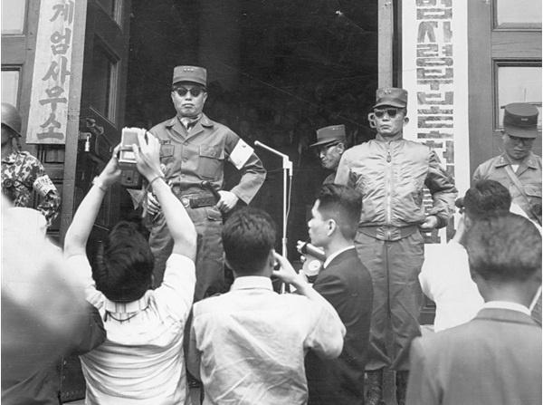 5·16 쿠데타 직후의 박정희(오른쪽 선글라스).