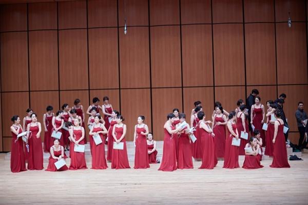 20대에서 60대 여성으로 구성된 김포시립여성합창단의 첫 해외 공연이 무산될 위기에 처했다. 사진은 합창단의 지난 공연 모습.