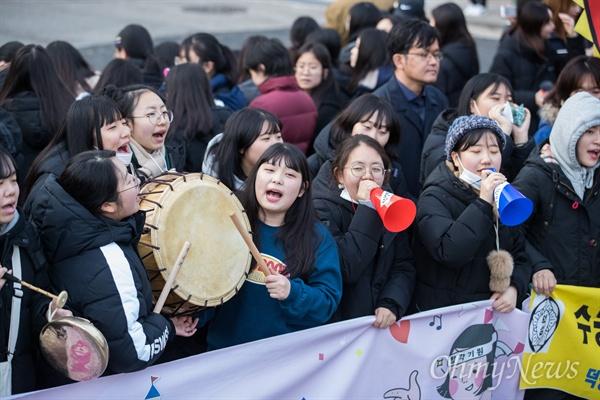 2019학년도 대학수학능력시험이 치러지는 15일 오전 서울 중구 이화여자외국어고등학교에서 후배들이 수험생들을 응원하고 있다.