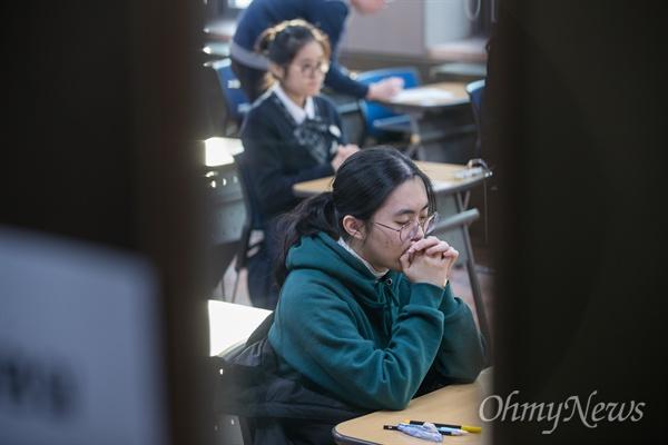 2019학년도 대학수학능력시험이 치러지는 15일 오전 서울 중구 이화여자외국어고등학교에서 수험생들이 긴장된 모습으로 고사장에 시험시간을 기다리고 있다.