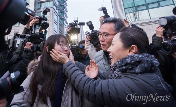 2019학년도 대학수학능력시험이 치러지는 15일 오전 서울 중구 이화여자외국어고등학교에서 가족의 응원을 받으며 수험생들이 시험장으로 향하고 있다.