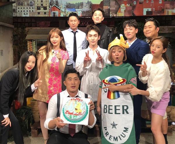 tvN < 놀라운 토요일 > 출연진들로 부터 생일 축하를 받은 김동현 (사진 출처 김동현 공식 인스타그램)