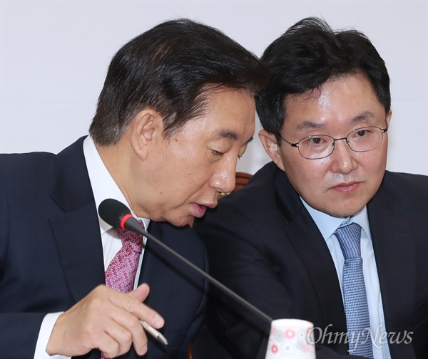 Kim Sung-tae, Kim Jong-tae, Kim Sung-tae, and Kim Yong-tae, the Korean Liberal Party leader, share their whispers at a meeting in the National Assembly on October 16.