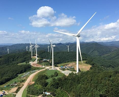 문재인 정부의 '재생에너지 3020 이행계획'에 따라 풍력발전설비가 뚜렷한 증가추세를 보이지만 지역 주민과의 갈등도 늘어나고 있다. 사진은 GS E&R이 2016년 5월 준공한 경북 영양군의 GS영양풍력발전소 전경.