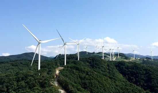 풍력발전소 건설을 둘러싼 갈등을 해소하기 위해서는 제주에서 선보인 '풍력자원공유의 원칙'을 적극 수용하고, 보다 실질적인 환경영향평가를 해야 한다는 지적이 나오고 있다. 사진은 경북 영양군의 GS영양풍력발전소.