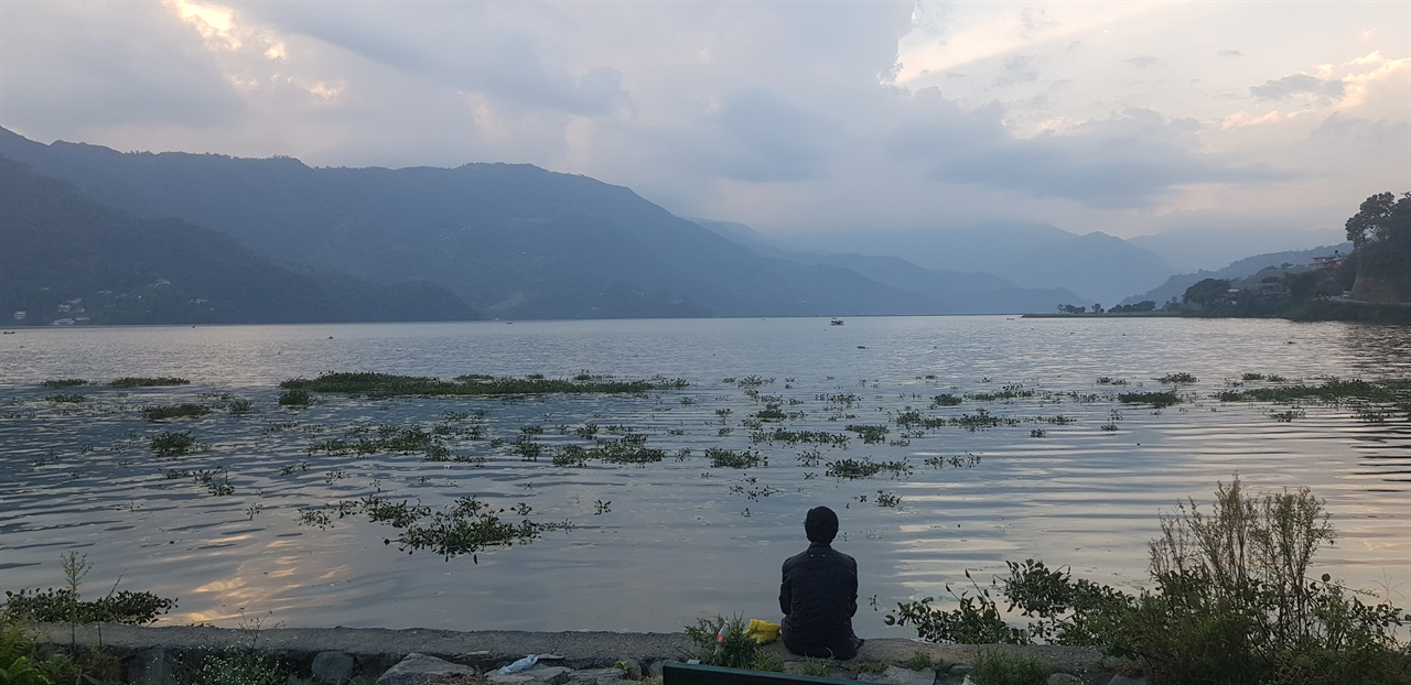 네팔 포카라의 페와 호수에서 어느날 오후를 하염없이 보내다