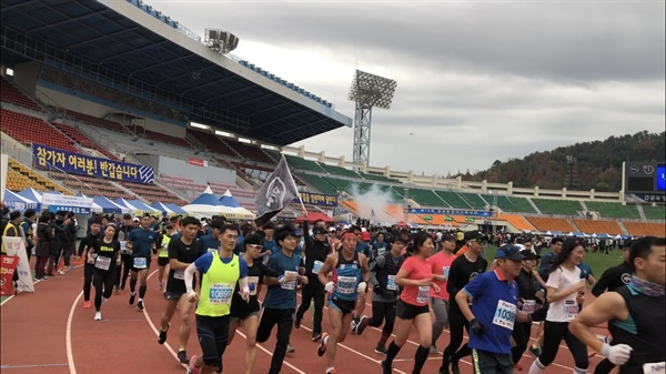 제18회 창원통일마라톤대회가 11월 18일 창원종합운동장을 출발해 창원시내에서 펼쳐졌다.
