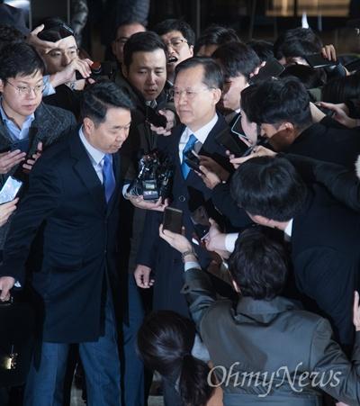 사법행정권 남용 혐의를 받고 있는 박병대 전 대법관이 19일 오전 서울 서초구 서울중앙지검에 조사를 받기 위해 출석하고 있다.