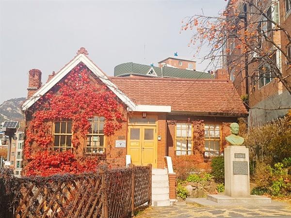홍난파 가옥의 붉은 벽돌이 인상적이다.
