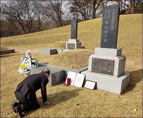 효창원에 모셔진 아버지 차리석 묘소에 포장증을 놓고 절하는 아드님 차영조 선생.