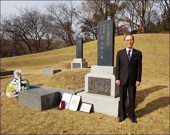 부모님 사진과 어머니 홍매영 지사의 포장증을 아버지 묘소에 놓고 모처럼 환한 미소를 띈 차영조 선생.