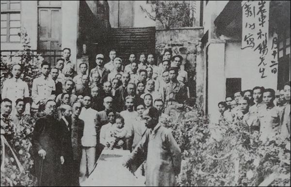 1945년 9월 9일 차리석 지사는 환국 준비중 과로로 쓰러져 중국 땅에서 영결식을 가졌다. 앞줄 가운데 아기를 안고 있는 분이 부인 홍매영 지사이고 품에 안긴 아기는 올해 75세된 아드님 차영조 선생이다.
