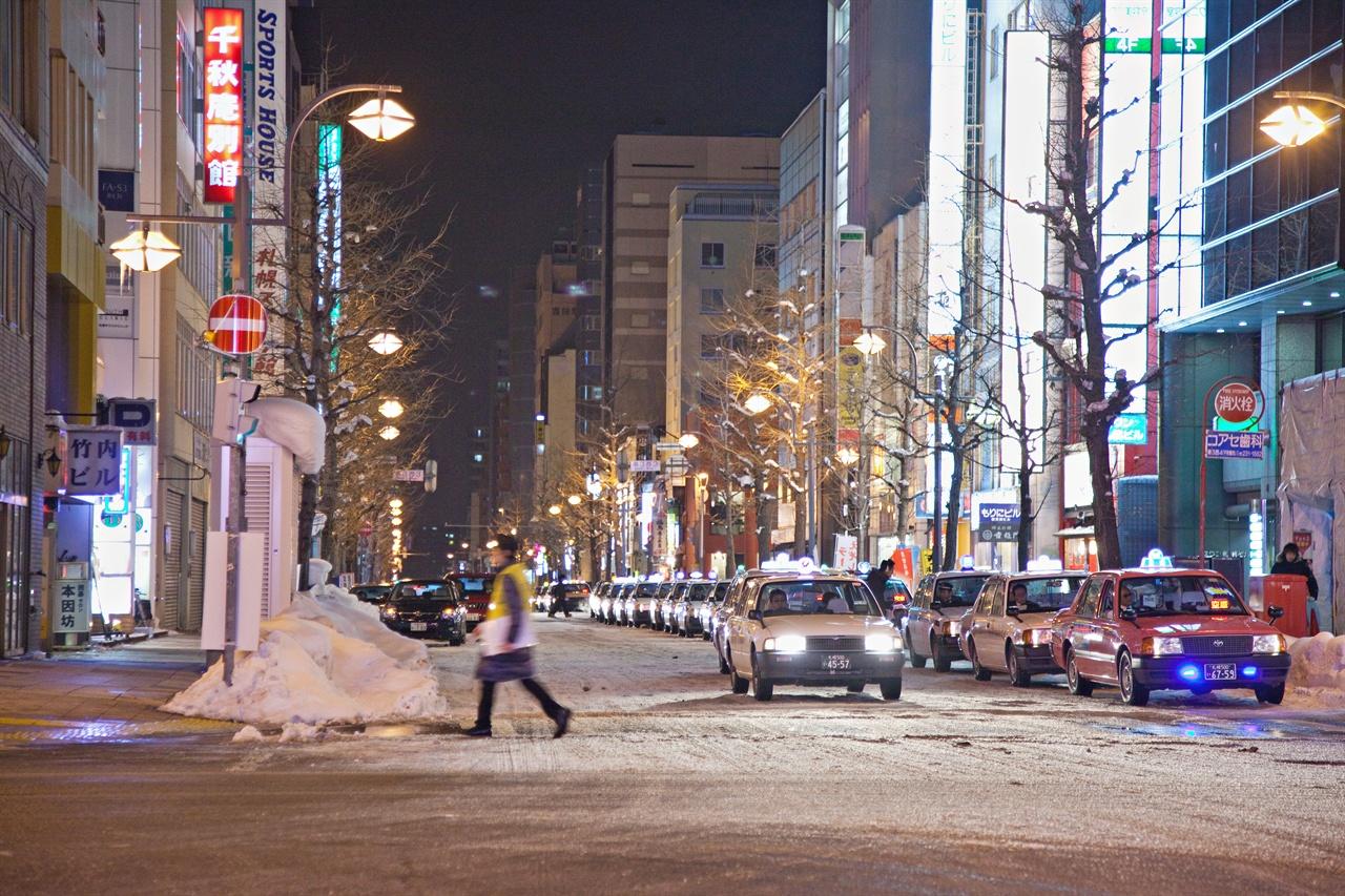 홋카이도의 밤거리. 어느 한 구석에 귤을 파는 노점상 할머니가 있을 것 같다.