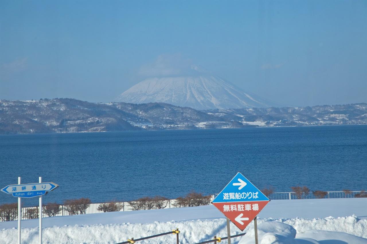 설산과 푸른 호수가 쓸쓸한 아름다움을 선물하는 홋카이도.