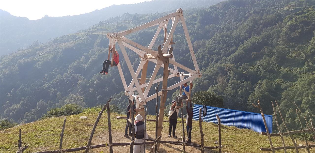 3천 미터가 넘는 고산에서 놀이기구를 타면서 즐거워하는 사람들