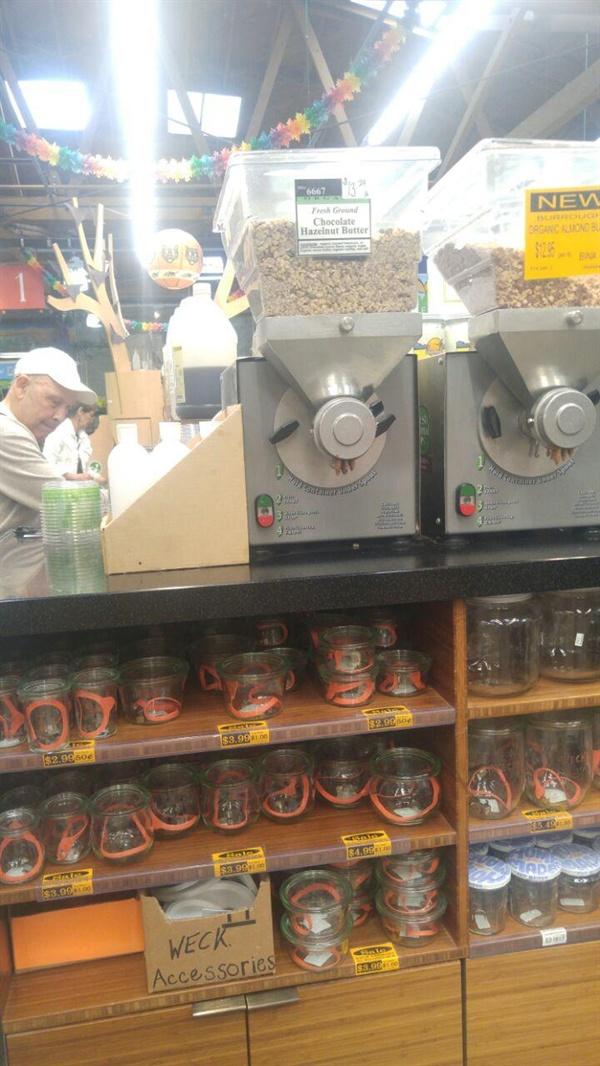 레인보우 그로서리 매장 곳곳에서 보관용기를 판매하고 있다.