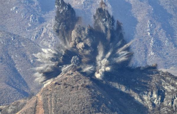 북한, 중부전선 북측 GP 폭파 북한이 20일 오후 3시께 시범철수 대상인 10개의 비무장지대(DMZ) 감시초소(GP)를 폭파 방식으로 완전히 파괴했다고 국방부가 밝혔다. 사진은 폭파되고 있는 북측 GP 모습. 2018.11.20 [국방부 제공]