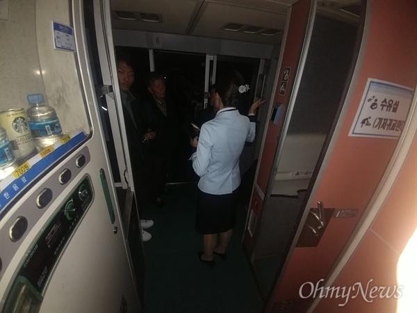 20일 오후 단전사고로 충북 청주 오송역에 멈춰선 KTX414열차 안에서 승객들이 승무원에게 항의를 하고있다.