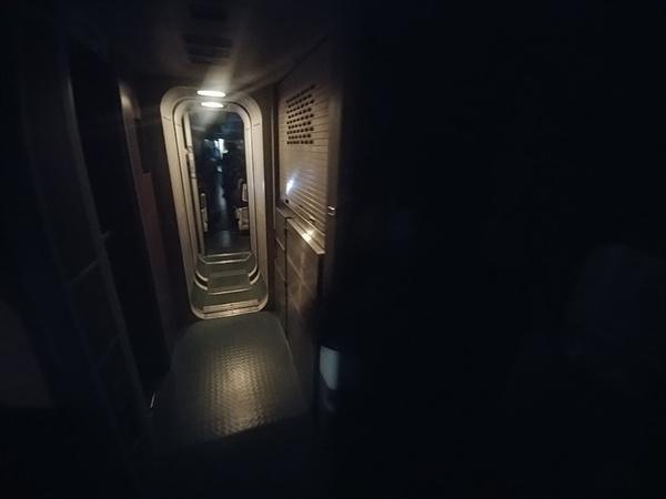 암전으로 비상등만 켜져있는 KTX 복도 20일 오후 단전사고로 충북 청주 오송역에 멈춰선 KTX414 열차의 객실간 복도의 모습이다. 비상등만 켜진 채 일반등은 모두 꺼져있다.