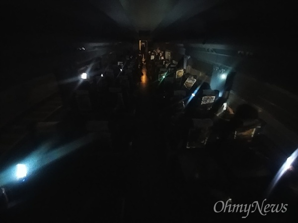20일 오후 단전사고로 충북 청주 오송역에 멈춰선 KTX414열차 안. 비상등까지 모두 꺼져 암전상태가 됐다.