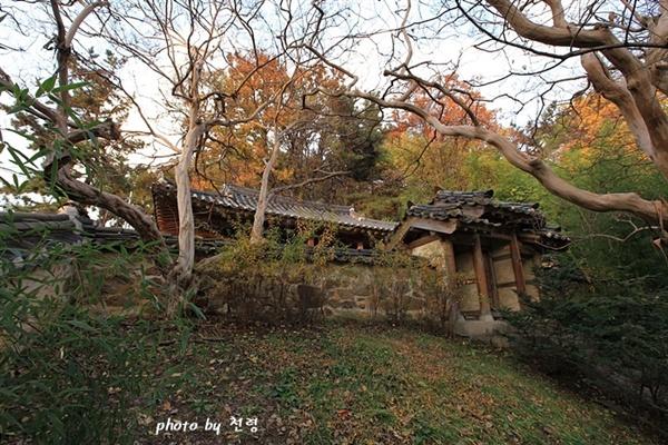 남간사 1936년에는 사당인 남간사가 지어졌는데, 현재는 공원 안에 새로 조성됐다.
