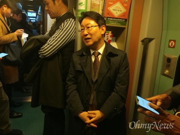 KTX단전사고를 겪은 후 시민들과 대화하는 박범계 의원 20일 오후 단전사고로 충북 청주 오송역에 멈춰선 KTX 414 열차에서 대체열차로 갈아탄 박의원이 함께있던 시민들과 대화를 하고 있다.