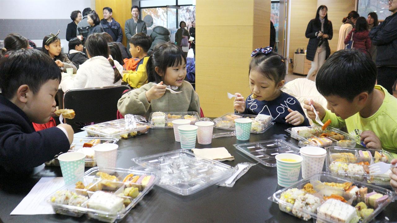 전농동 R아파트 내 대연회장에서는 아이들이 안심 먹거리를 직접 먹어보고 평가하는 시식회가 펼쳐졌다.