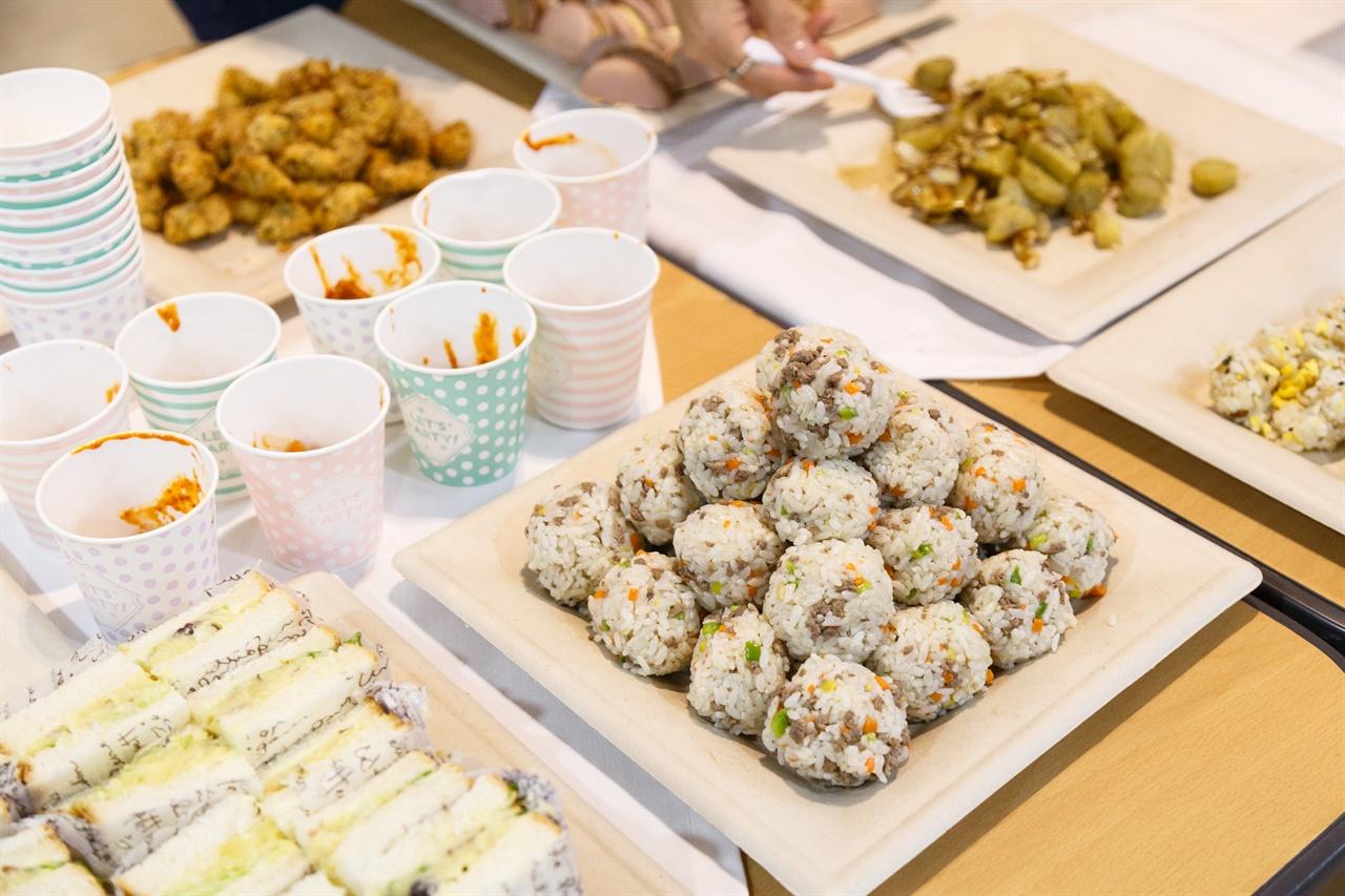 주먹밥, 샌드위치, 치킨, 떡볶이, 와플 등 다양하고 건강한 간식을 제공해 아이들을 만족시켰다.