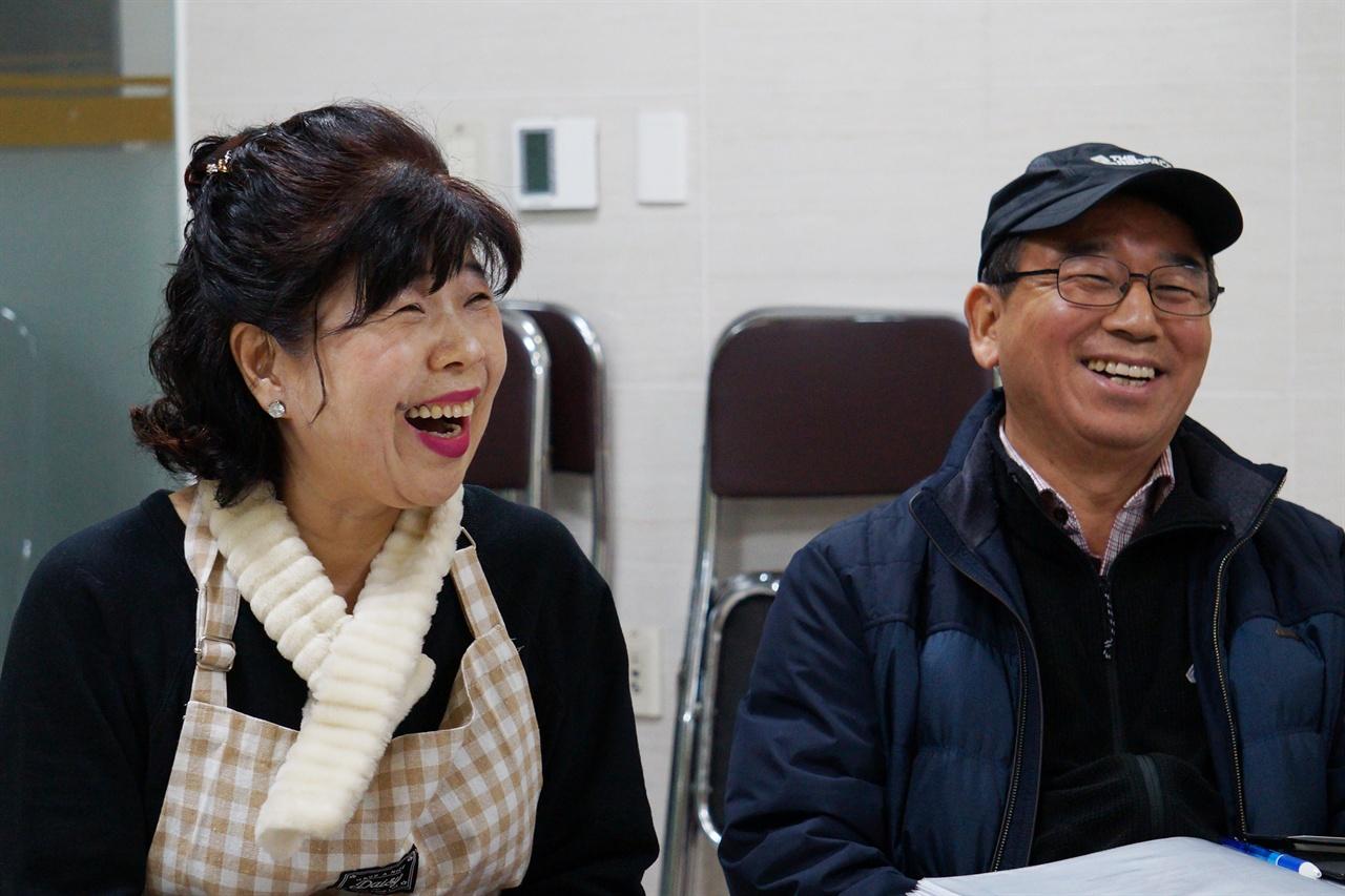"""자원봉사자 대표 최문실씨(왼쪽)와 정홍권 코디네이터는 """"이용자들의 반응이 좋아 시범사업 이후에도 계속 프로그램이 이어지길 바란다""""고 희망했다."""