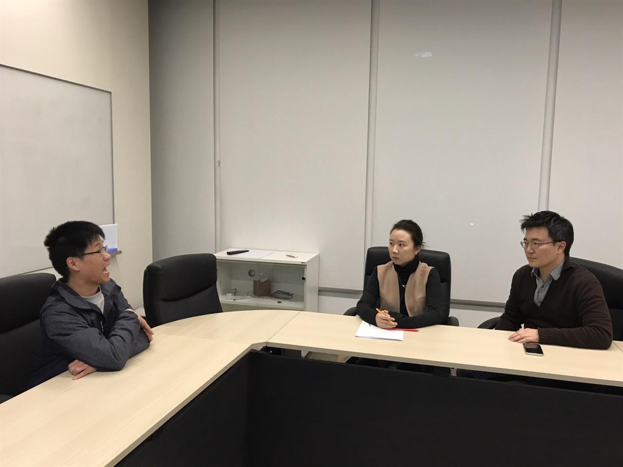 최훈(우), 공윤선(좌) MBC 보도국 탐사기획팀 기자가 인터뷰를 하고 있다