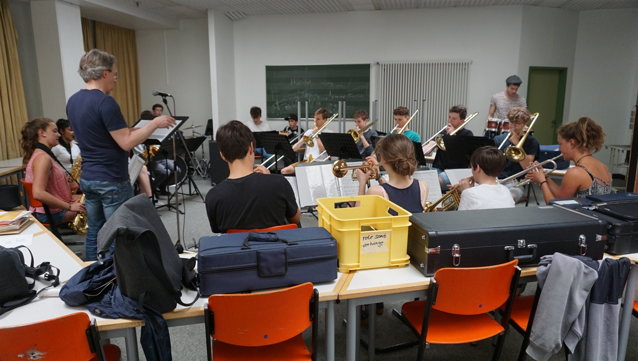 악기 연주 괴팅겐 통합학교 학생들이 악기를 연주하는 장면.
