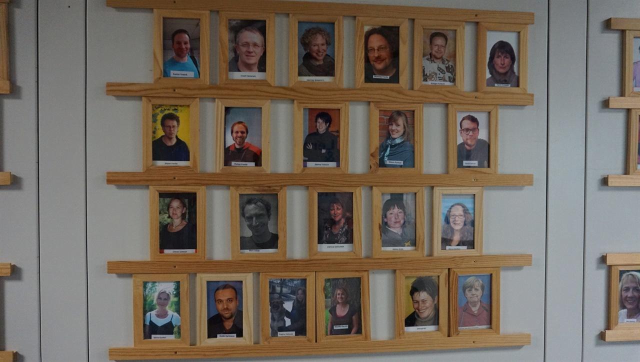 교사들 사진 괴팅겐 통합학교 교무실 입구에 부착해 놓은 교사들 사진.