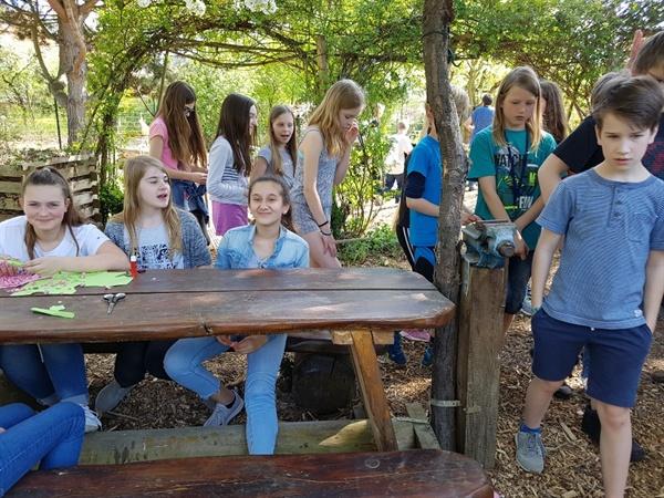 '학교가 즐거워요' 괴팅겐 통합학교 학생들이 교내 야외 정원에서 휴식하는 장면.