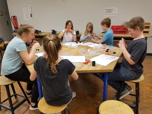 조별 활동 괴팅겐 통합학교 학생들이 조별 활동을 하는 장면.