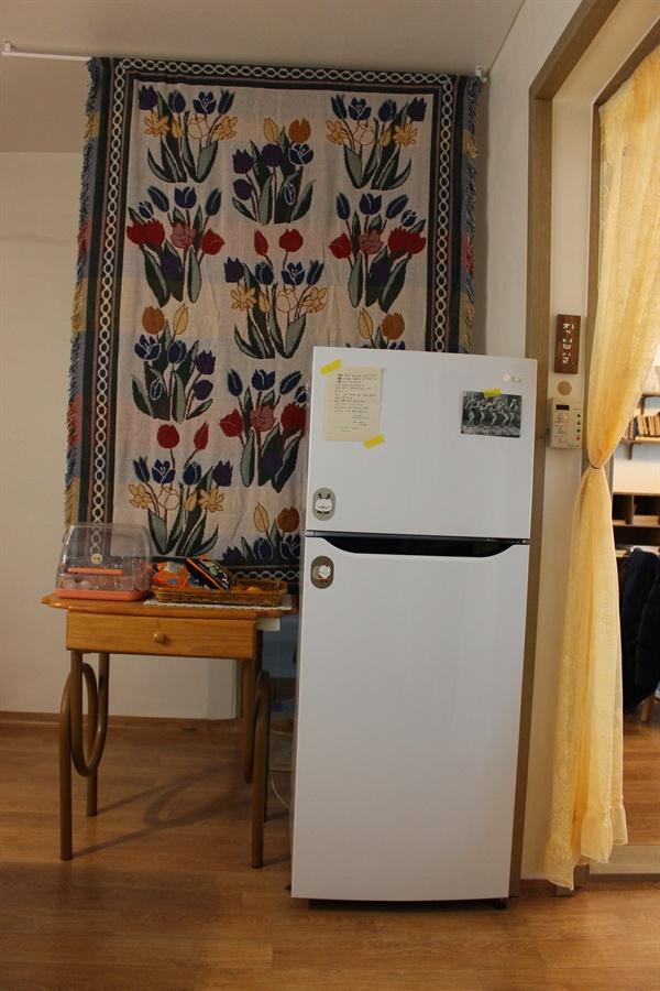 스튜디오의 작은 냉장고. 우리는 그동안 왜 900L 대형 냉장고만 정답이라 생각했던 걸까.