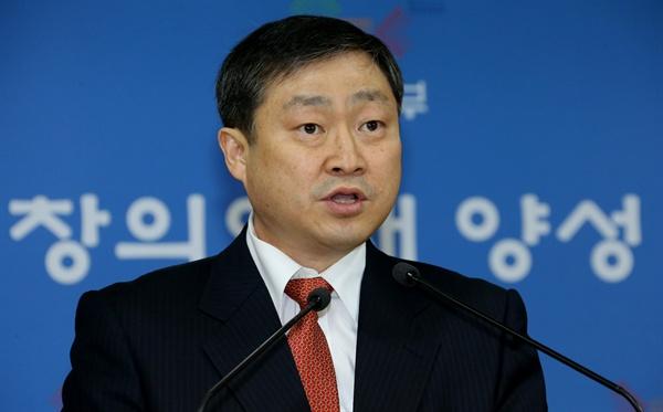 2013년, 박백범 당시 교육부 대학지원실장이 4일 정부서울청사에서 2014학년도 대학수학능력시험 수험생 유의사항을 발표하고 있다.