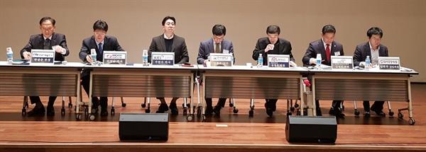 미세먼지 농도측정을 주장한 KEI 주현수 박사 한국환경정책평가연구원(KEI) 주현수 박사(왼쪽에서 세번째)가 한국서부발전 본사 대강당에서 열린 '국민 소통-공감 Day'에 패널로 참석해 한국전력연구원 천성남 박사가 발표한 '미세먼지 요인 및 대책'에 대한 의견을 개진했다.