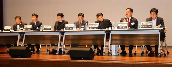 주민의 목소리 대변하는 김영인 태안군의회의원 패널로 참석한 김영인 태안군의회의원이 환경부와 서부발전, 충남도, 태안군에 주민들의 목소리를 제안했다.