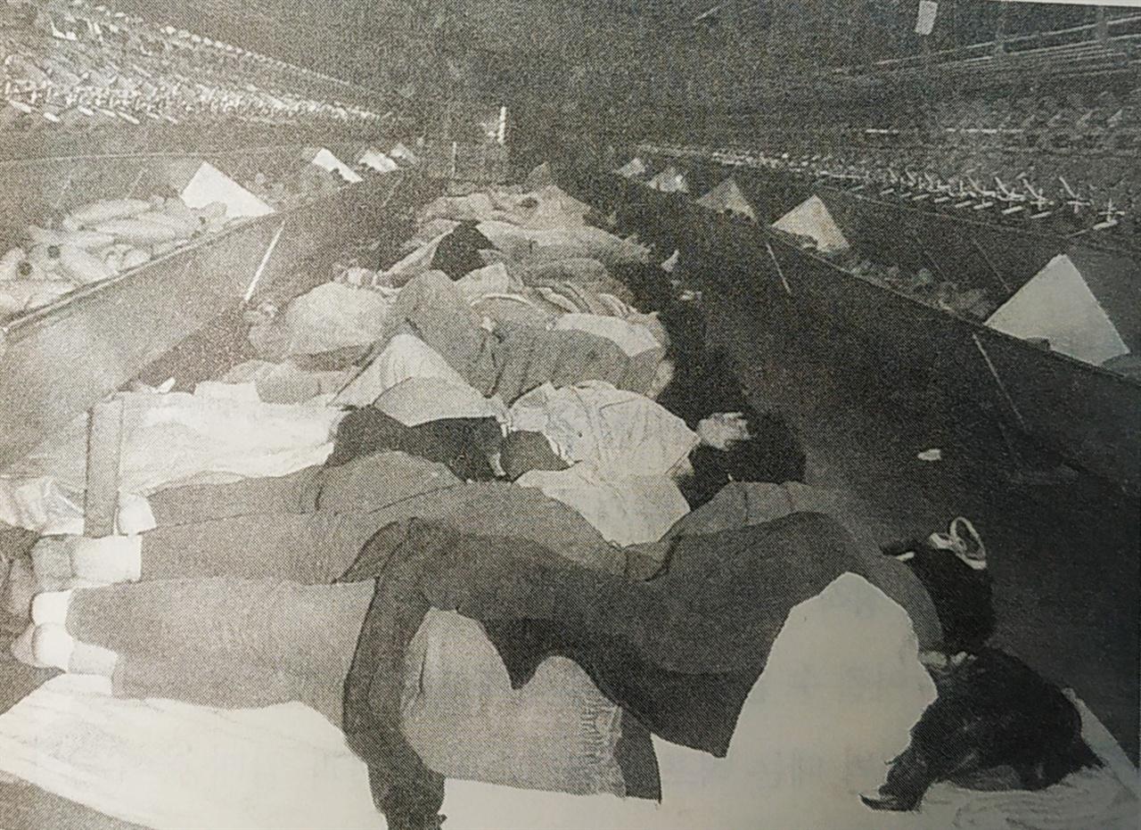 단식농성을 하고 있는 원풍모방 노조 노동자들 1982년 추석을 앞둔 상황에서 벌어진 '9.27사태'에 맞서 원풍모받 노조 노동자들이 정사과 기계 사이에서 단식농성을 하고 있다.(<원풍모방 노동운동사> 561 쪽)