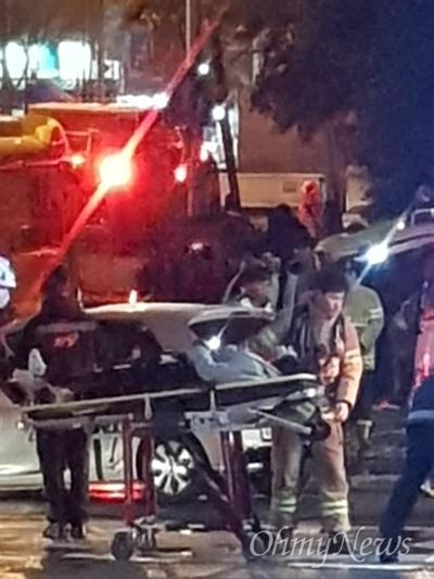 23일 오후 8시께, 광주 광산구 하남로입구 삼거리에서 경차와 버스가 충돌했다. 사고 후 소방대원이 부상자를 이송하고 있다.