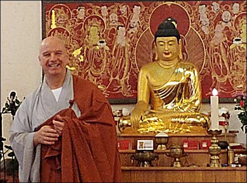 청안스님 1 원광사 새법당 낙성식을 축하하러온 내빈과 신도들에게 인사말을 하는 청안스님